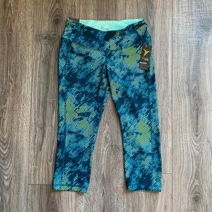 Old Navy Active Mid Rise fitted crop size medium
